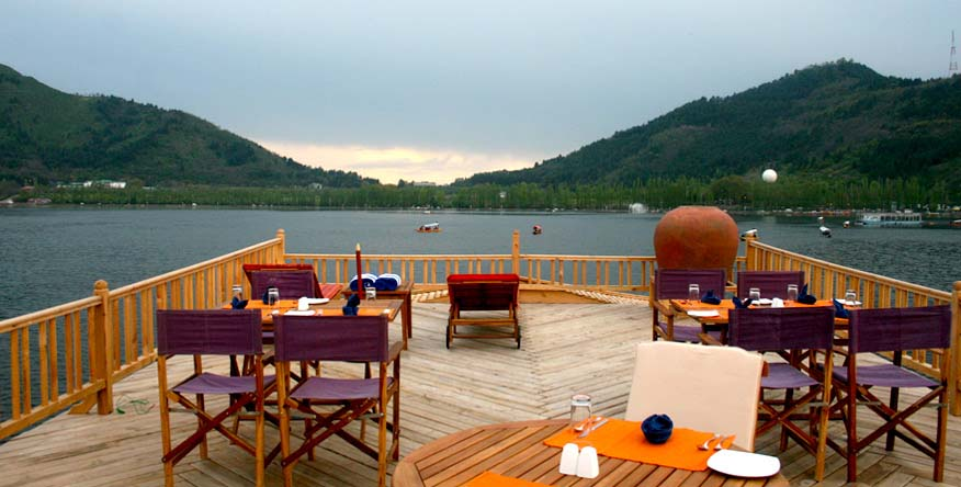 Dal Lake Luxury Houseboat in Srinagar, Kashmir : Sukoon Houseboat
