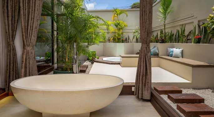 Colonial Jacuzzi Suites (2 units)